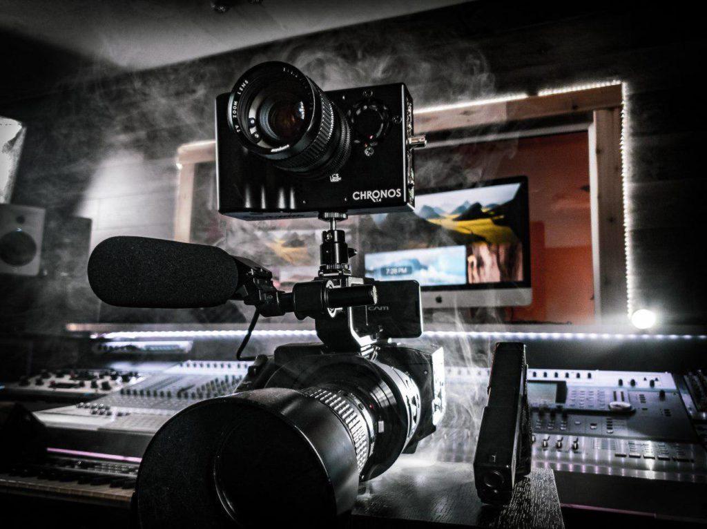 camera rapide 1000 images/seconde. camera CHRONOS Chronos est une caméra rapide intelligente et autonome équipée d'un capteur CMOS de 1.4 millions de pixels monochrome ou couleur.  trois modèles mémoire sont proposés 8,16 et 32 Go. la fréquence est de 1057 images par seconde en 1280x1024